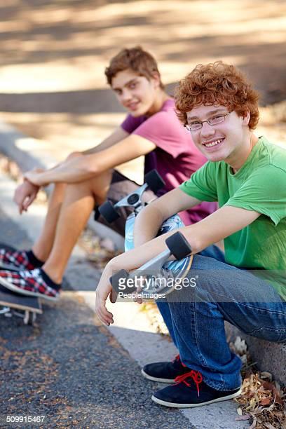 este ganhou sentado à volta de interior - só meninos adolescentes imagens e fotografias de stock