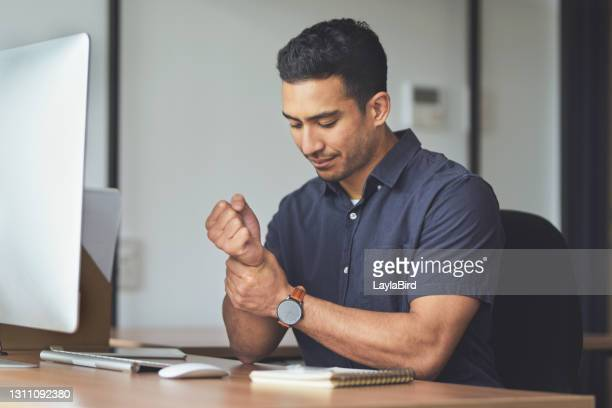 この手根管は真剣に行動を止める必要があります - 手首 ストックフォトと画像