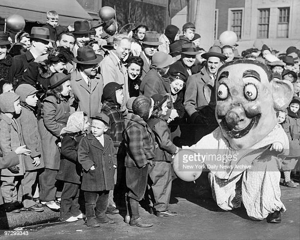 This clown stopped at 63d St to shake hands with the kids as they screamed to see the Macy's Thanksgiving Day parade
