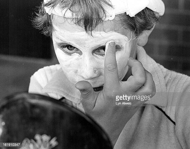 JUL 7 1982 This Effort Is No Mudpack Michael Eggen looks in a mirror as he applies his mime makeup during a class at South Suburban Recreation Center...