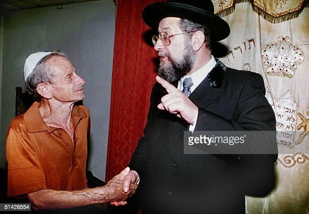 This February 1994 photo shows the Grand Rabbi of Israel, Yisrael Lau in Havana. Yisrael Lau conversa con un judio cubano durante la visita que...