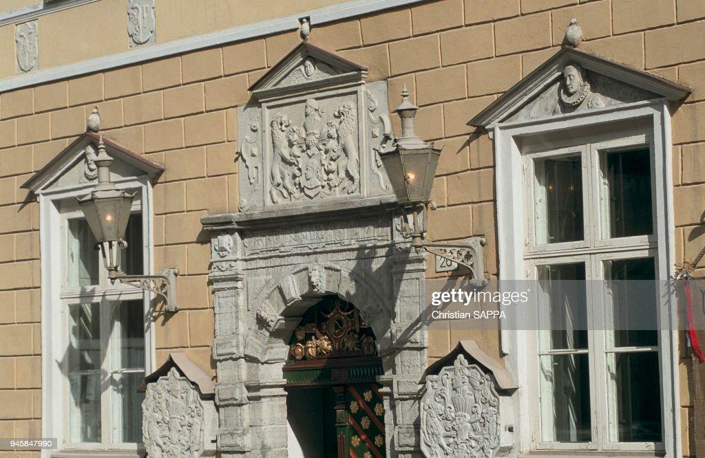 LA MAISON DE LA CONFRERIE DES TETES NOIRES, TALLINN, ESTONIE : Fotografía de noticias