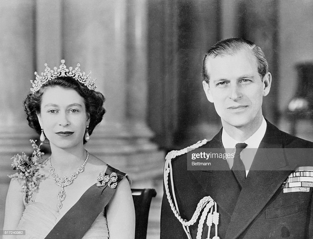 Queen Elizabeth II and Husband Duke of Edinburgh Posing in Royal Attire : ニュース写真
