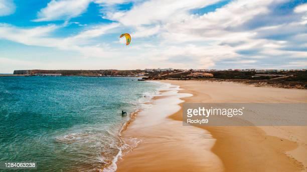 questo è kite foiling – praia do martinhal, sagres, portogallo - sagres foto e immagini stock