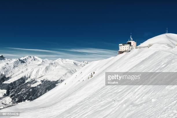 dies ist die letzte bergstation bergstation jakobshorn. - davos stock-fotos und bilder