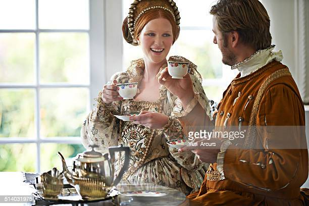 this is the most marvelous tea m'lady - koning koninklijk persoon stockfoto's en -beelden