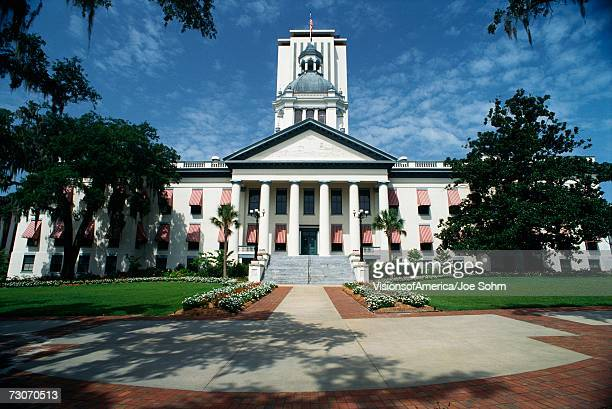 this is the state capitol building. it has a large concrete stairway leading up to it with large columns holding up the facade. - tallahassee stock pictures, royalty-free photos & images