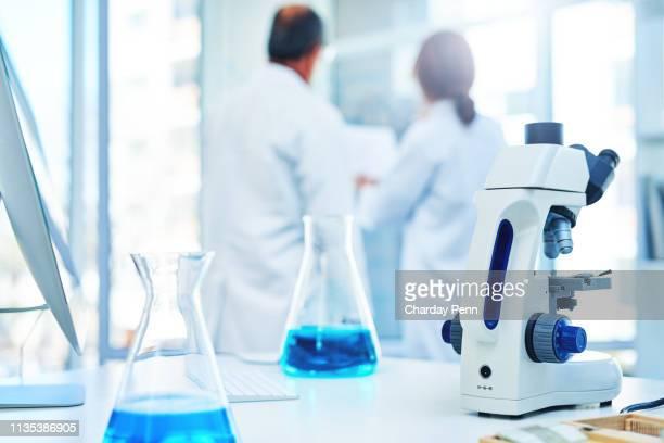 aquí es donde se hacen nuevos descubrimientos - laboratorio clinico fotografías e imágenes de stock
