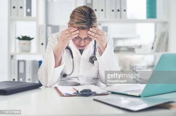 this isn't just a headache, it's a migraine - esgotamento psicológico imagens e fotografias de stock