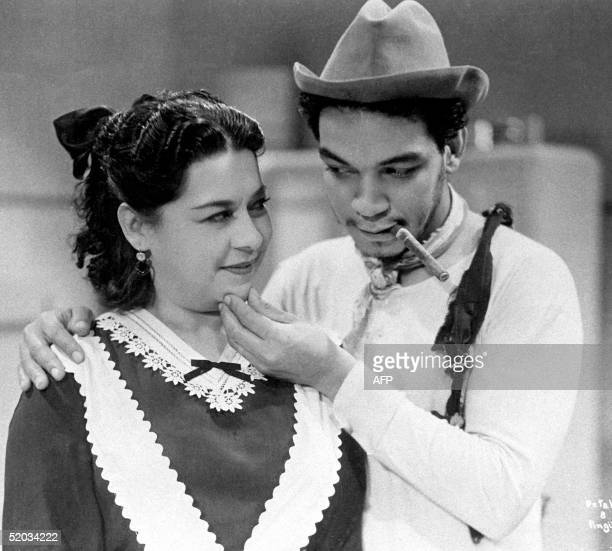 This photo shows Mario Moreno Cantinflas when the actor was probably in his 40's Fotografia de Mario Moreno Cantinflas en el curso del rodaje de una...