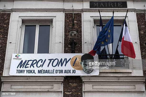 This photo taken on August 29 2016 in ChantelouplesVignes shows France's gold medalist in boxing at the 2016 Rio Olympics Tony Yoka / AFP / PHILIPPE...