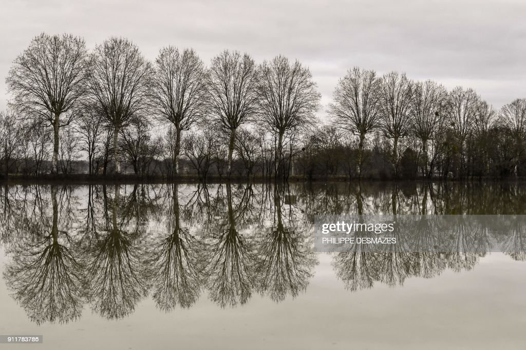 TOPSHOT-FRANCE-WEATHER-FLOOD : News Photo