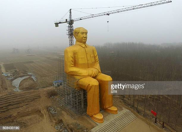This photo taken on January 4, 2016 shows a huge statue of Chairman Mao Zedong under construction in Tongxu county in Kaifeng, central China's Henan...