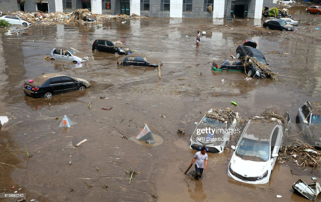 TOPSHOT-CHINA-FLOODS-WEATHER : News Photo