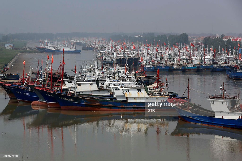 This photo taken on May 30, 2016 shows fishing boats berthed at a port in Lianyuangang, eastern China's Jiangsu province. The three-month summer fishing moratorium will start on June 1. / AFP / STR / China OUT