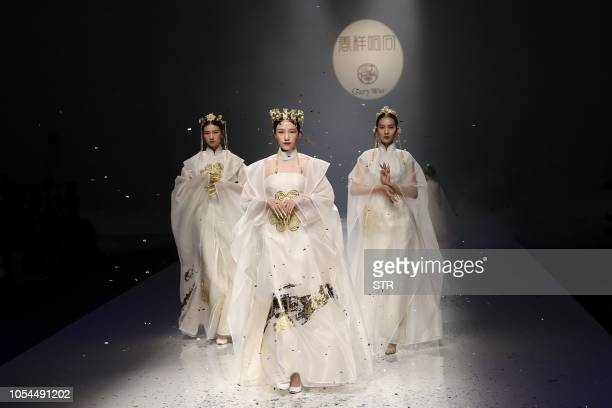TOPSHOT This photo taken on October 27 2018 shows models parading creations from the Gambiered Caton Gauze collection by Qu Tingnan during China...