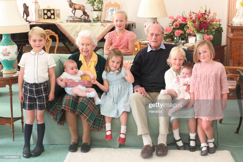 Queen Elizabeth II And Prince Philip, Duke of Edinburgh With Their Great Grandchildren : ニュース写真
