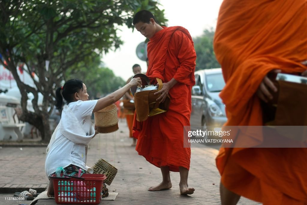 LAOS-CULTURE-BUDDHISM-MONKS-ALMS : News Photo