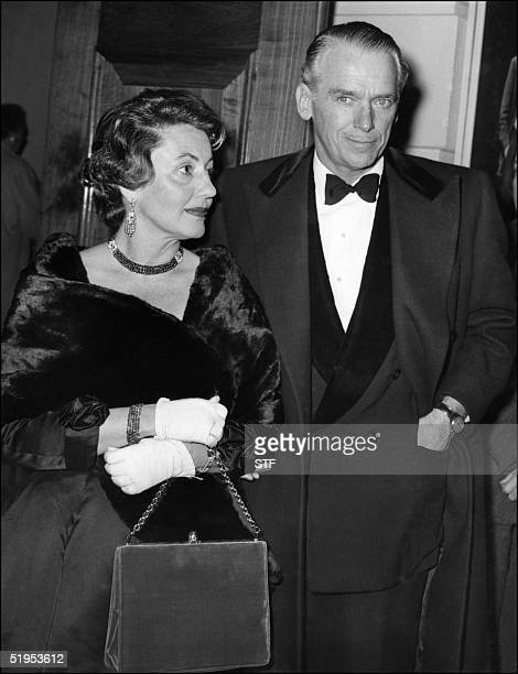 This picture dated 05 May 1958 shows American film star Douglas Fairbanks Junior with his wife arriving at the Lunt-Fontanne theatre in New-York....