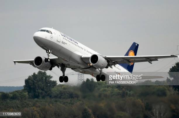 This picture shows an Airbus A-320 of the Lufthansa airline during take-off on September 24, 2019 at the airport in Duesseldorf, western Germany.