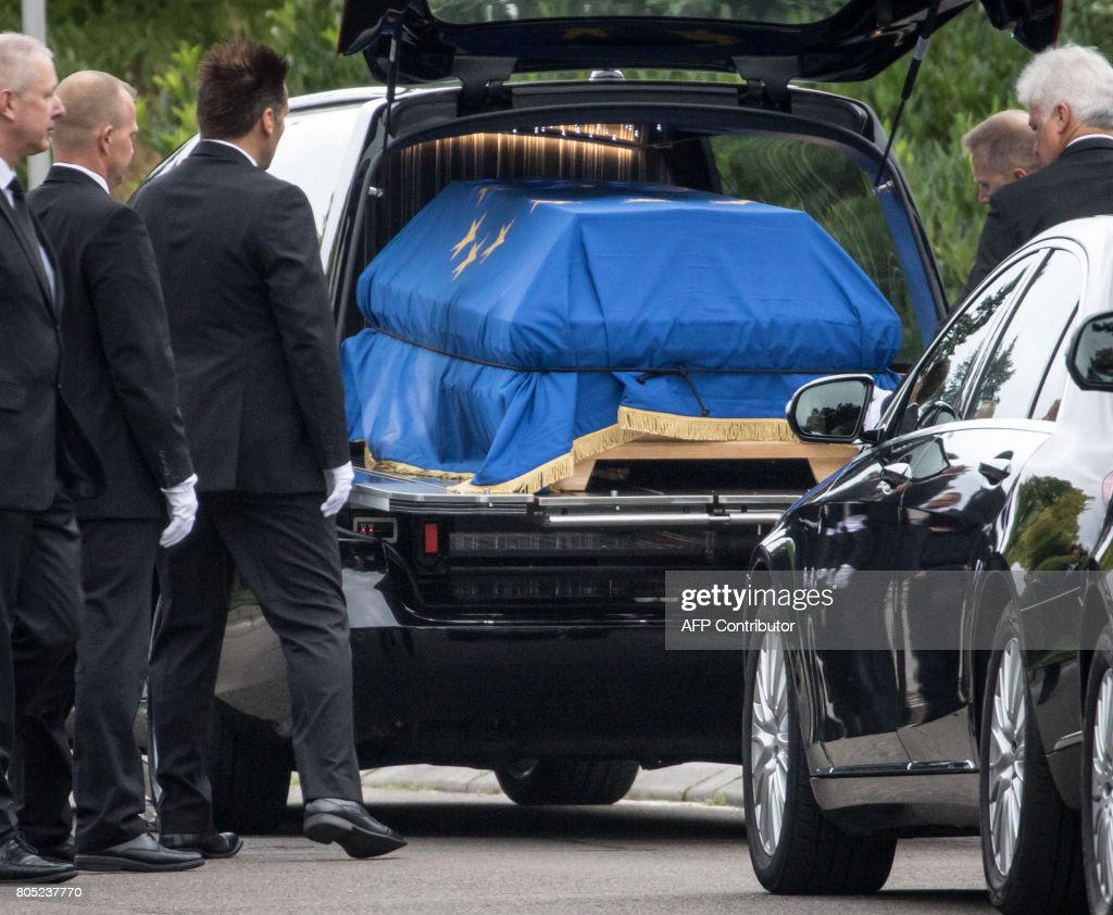 This picture shows the coffin of late German Chancellor Helmut Kohl in a hearse on July 1, 2017 in Oggersheim, southwestern Germany, ahead of an official ceremony at the European Parliament in Strasbourg. Kohl, who oversaw German reunification and was a driving force in Europe's integration, died on June 16 at age of 87. / AFP PHOTO / dpa / Frank Rumpenhorst / Germany OUT