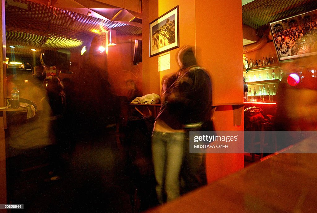 This picture taken 17 April 2004 shows Turkish people in Manhattan Rock Bar in Taksim, downtown Istanbul, 27 April 2004. AFP PHOTO/Mustafa OZER
