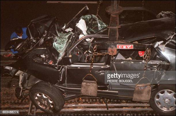 this picture taken 31 August 1997 shows a French policeman attaching the wreckage of Princess Diana's car in the Alma tunnel of Paris Britain's...