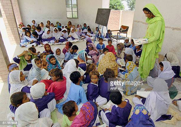 WITH AFPLIFESTYLEPAKISTANWOMENCRIME This picture taken 31 August 2004 shows Mukhtar Mai teaching school to young girls in the village of Mirwala 460...