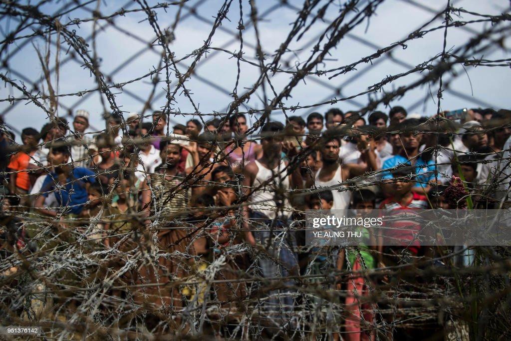TOPSHOT-MYANMAR-BANGLADESH-REFUGEE-UNREST-ROHINGYA : Nachrichtenfoto