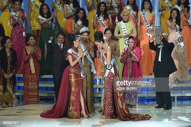 This picture taken in Jakarta on January 29 2014 shows Miss Indonesia 2014 Elvira Devinamira from East Java gesturing next to first runnerup Elfin...