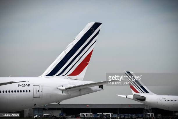 This picture taken on April 11 2018 shows Air France planes at Paris Charles de Gaulle Airport in Roissy north of Paris / AFP PHOTO / Philippe LOPEZ