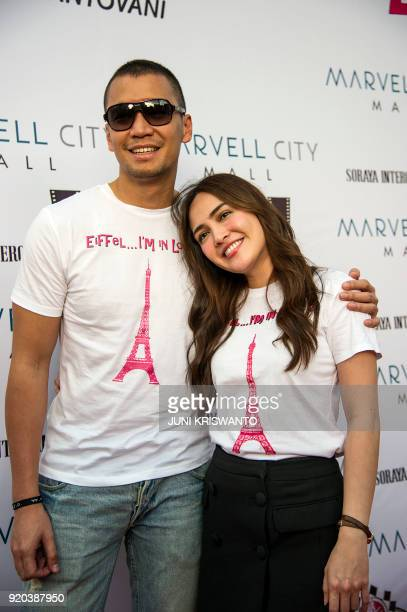 This picture taken on February 18 2018 shows Indonesian actor Samuel Rizal and actress Shandy Aulia posing during a promotional event in Surabaya /...