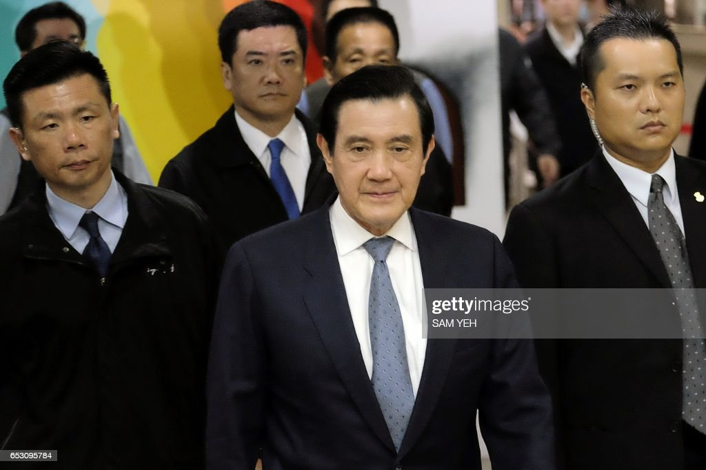 This picture taken on January 10, 2017 shows former Taiwan president Ma Ying-jeou (C) arriving at the Taipei District Court. Taiwan's former president Ma Ying-jeou was slapped with new charges on March 14 in a political leaks controversy, just weeks before he faces possible conviction in another related case. / AFP PHOTO / Sam YEH