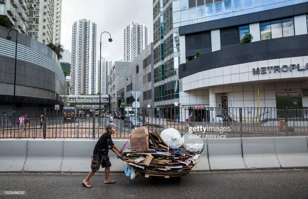 HONG KONG-SOCIAL-ENVIRONMENT-ELDERLY-CARDBOARD-COLLECTOR : News Photo