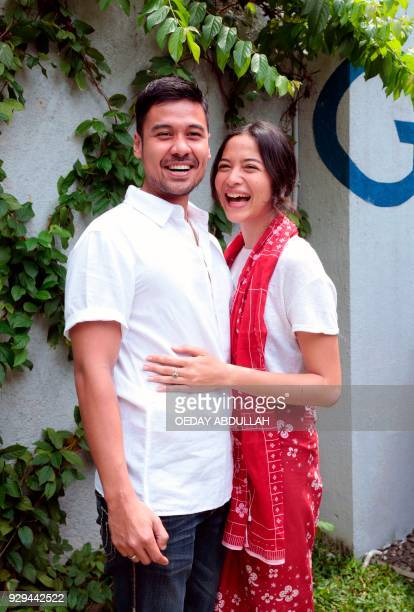 This picture taken on March 8 2018 shows newlyweds Indonesian actors Putri Marino and Chicco Jerikho posing during a promotional event in Jakarta /...