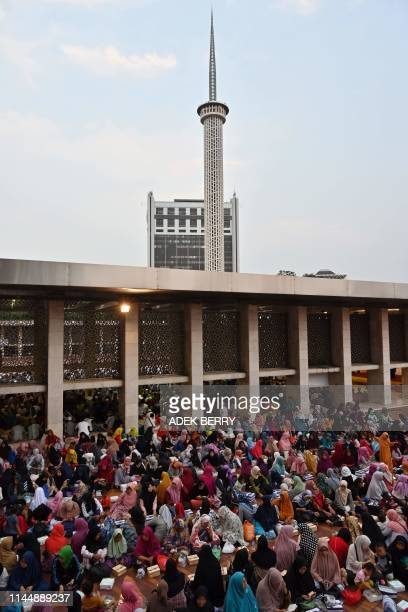 This picture taken on May 18 2019 shows Indonesian Muslims gathered to break their fasting on the 13th day of Ramadan at the Istiqlal grand mosque in...