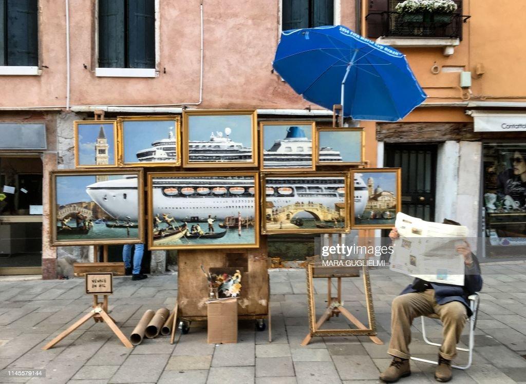 TOPSHOT-ITALY-ART-VENICE-BANKSY : News Photo