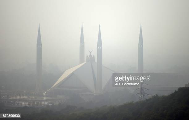 TOPSHOT This picture taken on November 10 2017 shows the grand Faisal Mosque covered in heavy smog in the Pakistan's capital of Islamabad / AFP PHOTO...
