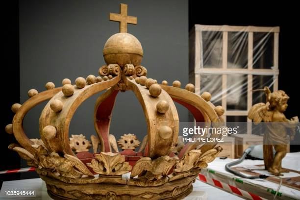 This picture taken on on September 19 2018 shows the crown which are part of the France's Imperial Canoe of Napoleon I a day after it was dismantled...