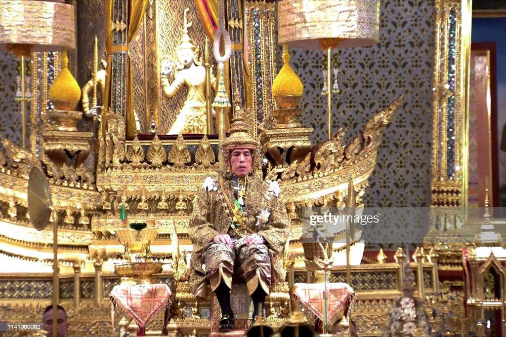 TOPSHOT-THAILAND-ROYALS-CORONATION : News Photo