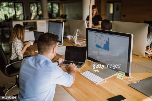 this team leads to success - hot desking stock pictures, royalty-free photos & images