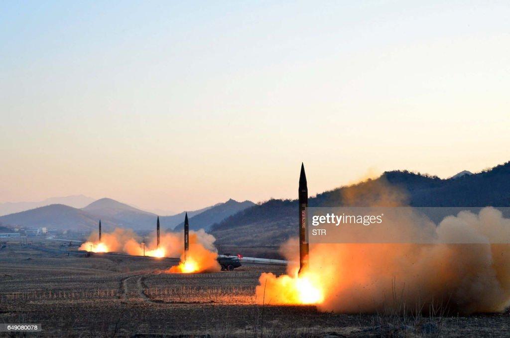TOPSHOT-NKOREA-JAPAN-MISSILE : News Photo