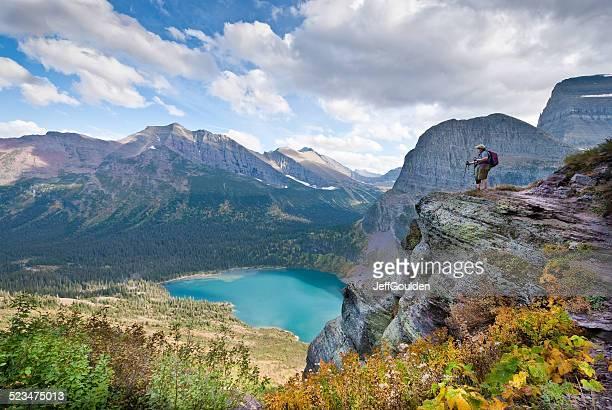 alpinista olhando para baixo grinnell lake - parque nacional glacier - fotografias e filmes do acervo