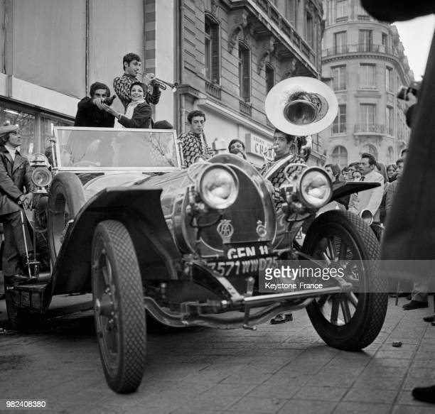 Théo Sarapo Ziziz Jeanmaire et la fanfare des beauxarts au baptême de la voiture 'Chitty Chitty Bang Bang' devant le pub Renault à Paris en France le...