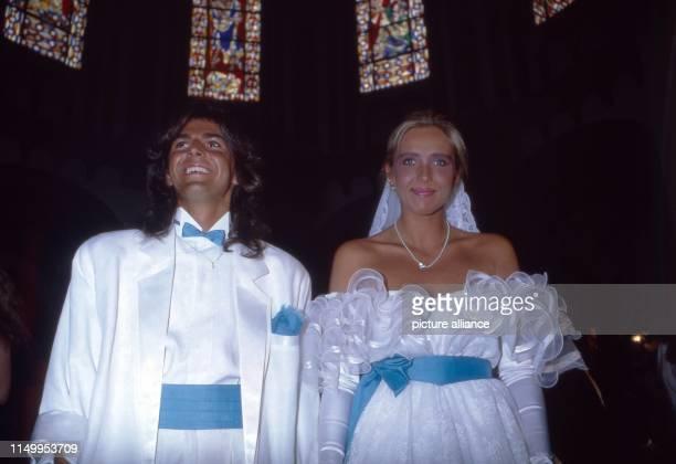 Thomas Anders Sänger der Band Modern Talking bei der Hochzeit mit Nora Balling in der HerzJesuKirche in Koblenz Deutschland 1985 Singer of the band...