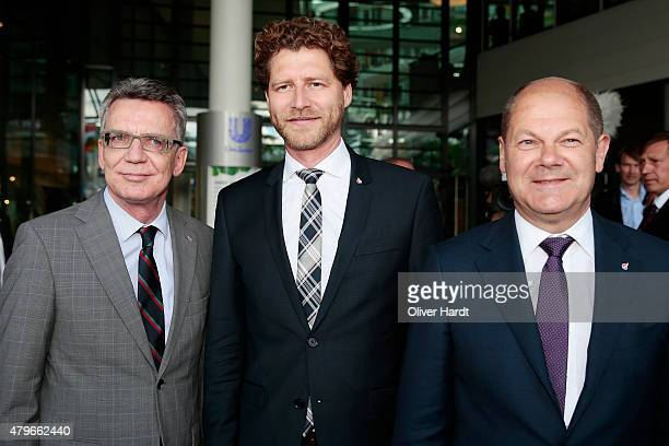 Thomas de Maiziere CEO of the Olympia Hamburg 2024 Nikolas Hill and First mayor of Hamburg Olaf Scholz poses on July 6 2015 in Hamburg Germany