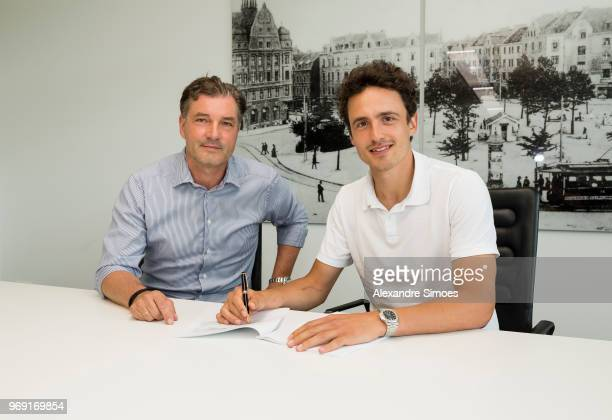 Thomas Delaney signs his contract with Borussia Dortmund next to Michael Zorc on June 7 2018 in Dortmund Germany