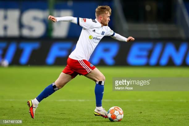 Thomas Doyle of Hamburger controls the ball during the Second Bundesliga match between Hamburger SV and Fortuna Düsseldorf at Volksparkstadion on...