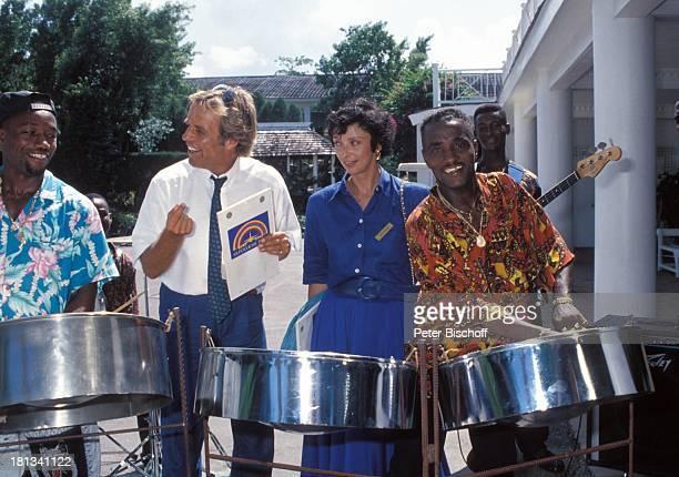 Thomas Fritsch Conny Glogger einheimische CalypsoBand neben den Dreharbeiten zur PRO 7 Serie 'Glückliche Reise' Folge 25 'Jamaica' Episode 3 '†ber...
