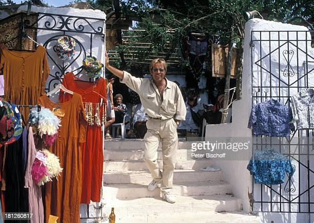 Thomas Fritsch Einheimische neben den Dreharbeiten zur PRO 7 Serie 'Glueckliche Reise ' Folge 20 'Ibiza' San Carlos/Spanien Hippiemarkt von 'Los...
